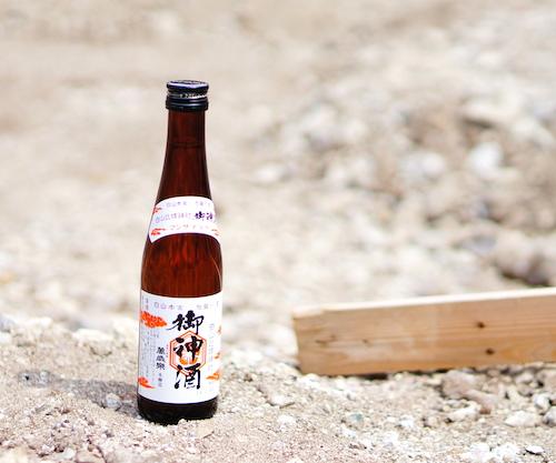 地鎮祭に費用をかけずにお祓いしたお酒と切麻を撒く。