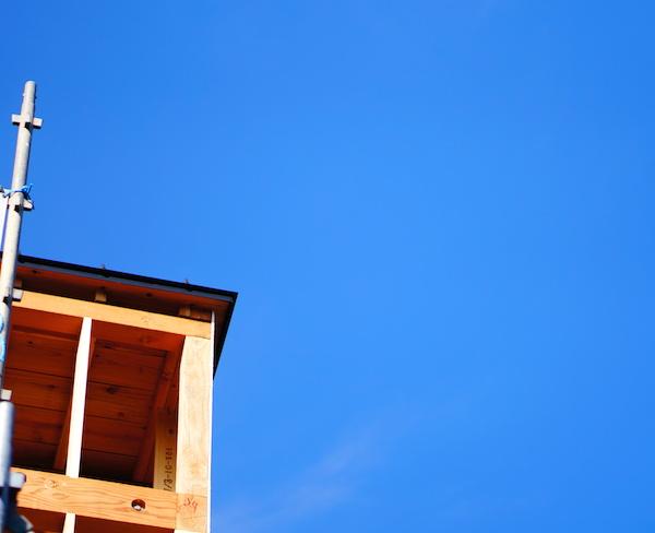屋根のガルバリウム鋼板は完了した模様。色はブラック