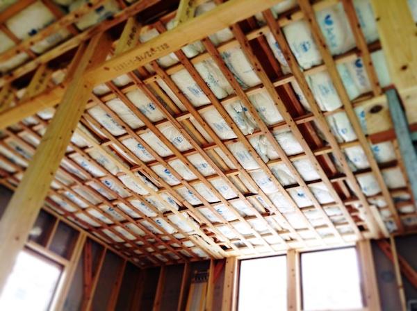 新築の天井ってこんな感じなんだ。子供部屋クロスどうしよう。