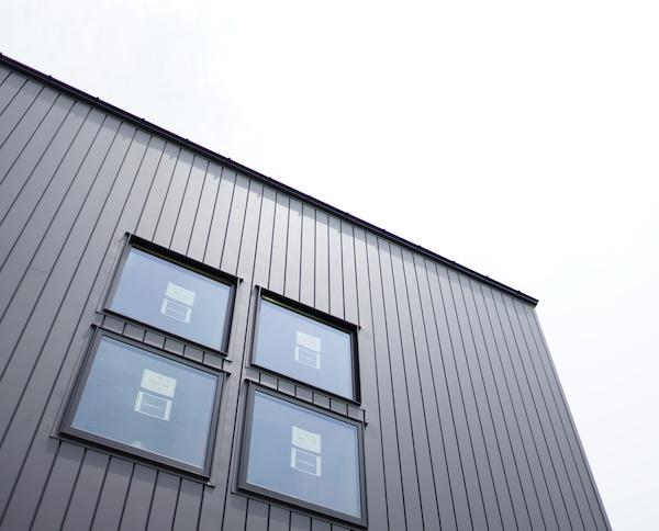 ガルバリウム鋼板の外壁が完成。色は耐摩いぶし銀。
