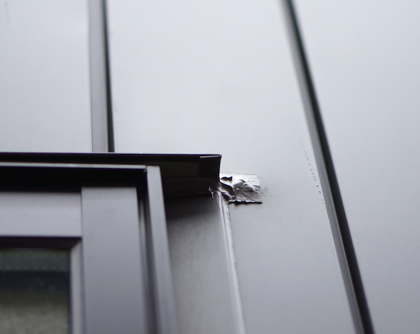 ガルバリウム鋼板外壁キズのコーキング後。結構目立ちます。