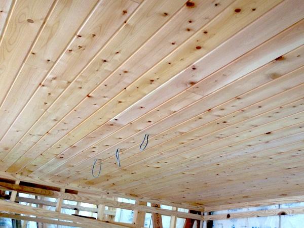 キッチンの天井材は椹(サワラ)の無垢羽目板。