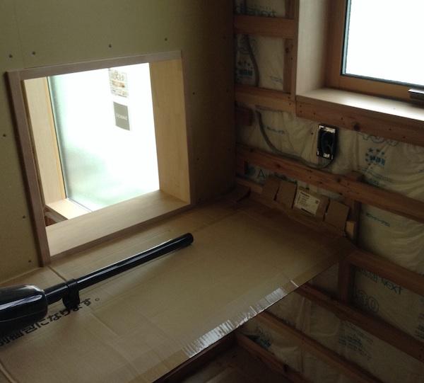 書斎はウォークインクローゼットの中。机と本棚も造作に。