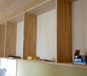 キッチン背面収納は造作家具。棚は集成材で建具は手作り。