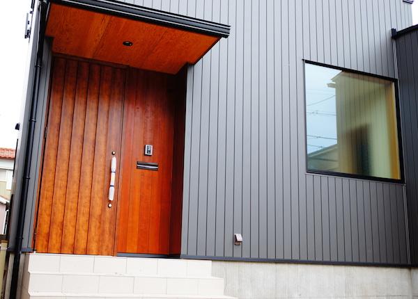 玄関ドア木製に見える
