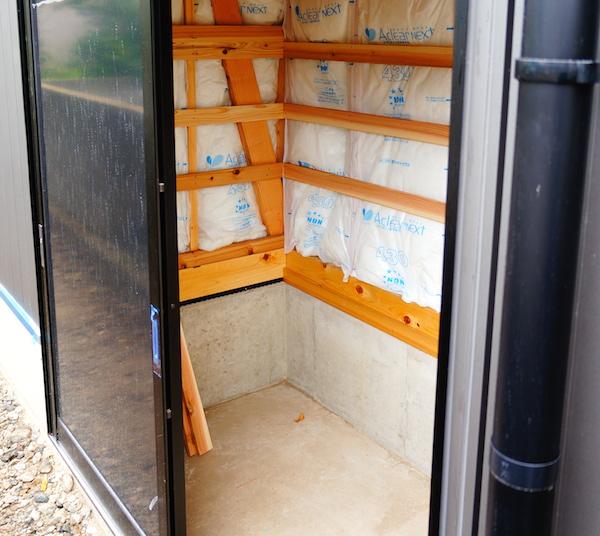 外部収納は棚の高さだけ決める!モダンで階段下のデッドスペースに