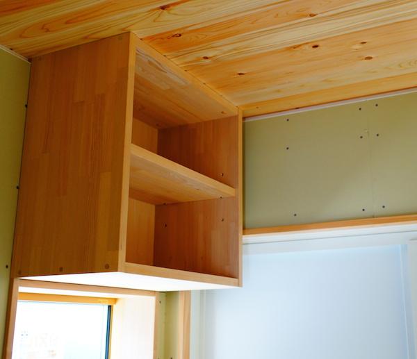 洗面脱衣所にも造作家具の棚。建具もつきます。