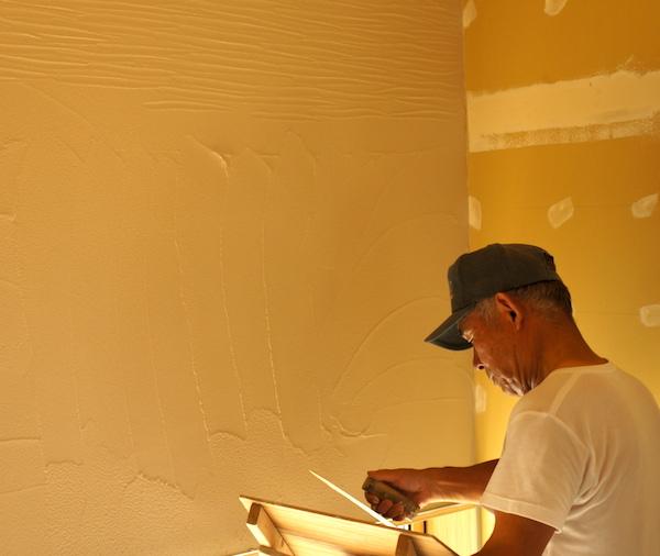 和室の壁は珪藻土。左官仕上げパターンは「ひきずり」