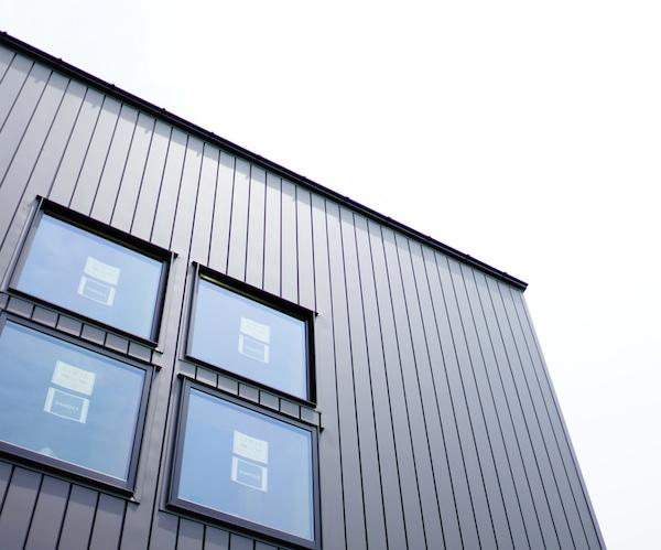 ガルバリウム鋼板外壁やっぱりイイ!色で悩んでたら参考に。