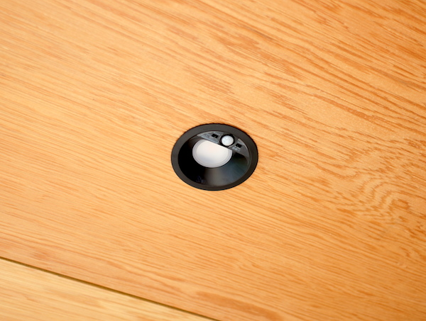玄関の照明器具は人感センサーLED。すっきりデザインでイイ