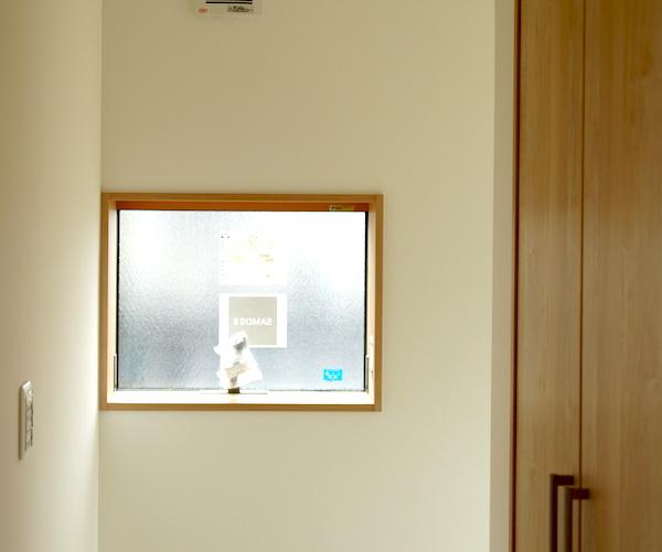 壁紙クロスが2階にも施工。白デザインは飽きがこない感じ。