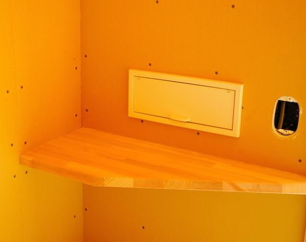 郵便受けは箱だけじゃなく棚板を。ちょっとした物も置ける。