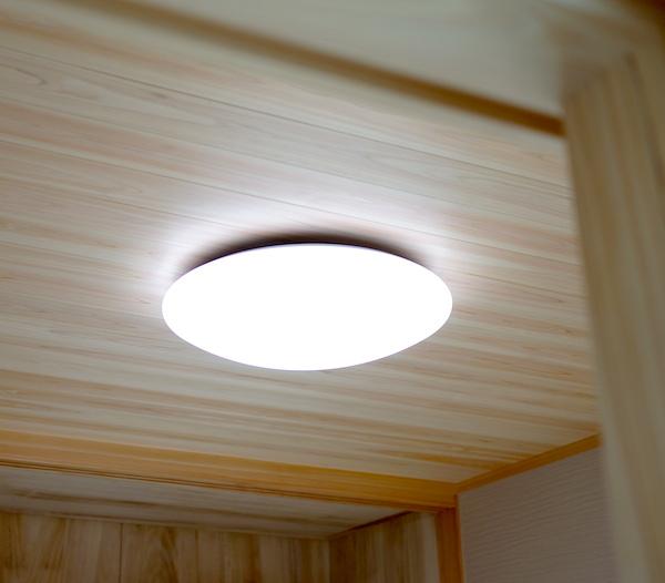 和室の照明はモダンなシーリングライト。もちろんLED。