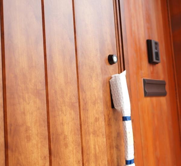 玄関ドアは木製じゃないけどそう見えるリクシル製。