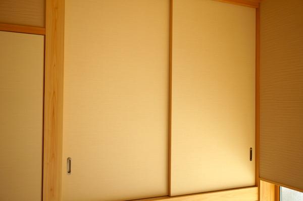 和室の建具はモダンでシンプル。珪藻土の壁に合わせて。