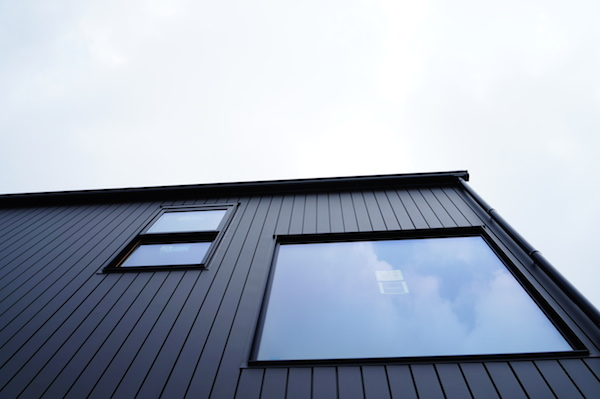 ガルバリウム外壁階段窓