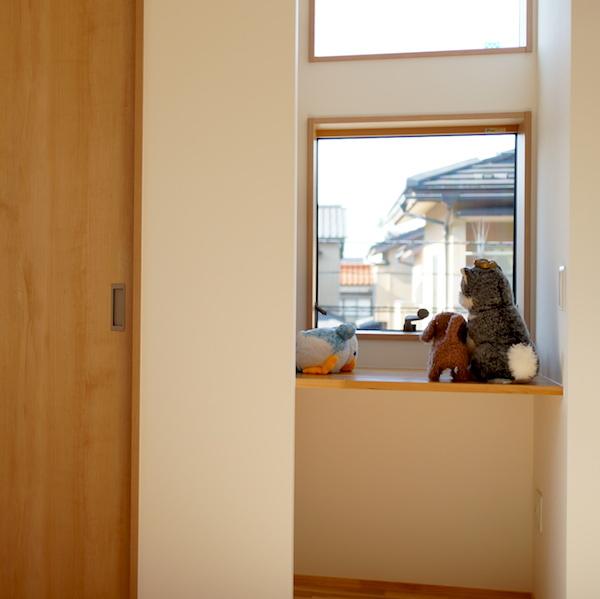 WEB内覧会 -子供部屋- 壁紙と造作の机と棚の家具。