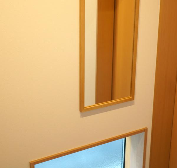 玄関に無印良品の鏡を取付け。風水では位置が左で金運アップ!!