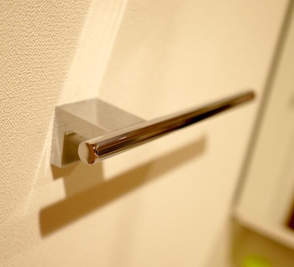洗面所のタオル掛けは壁に取付。TOTO製のメッキ仕上げ
