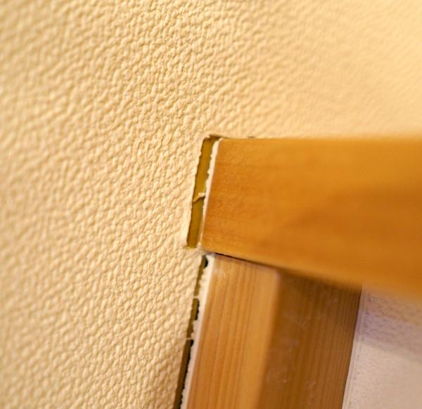 新築の壁紙クロスのつなぎ目が目立つ。コーキングと家の動き。