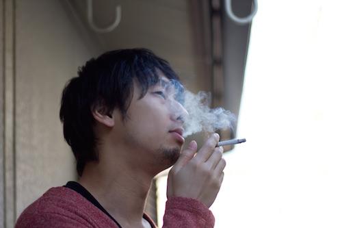 「ベランダたばこ」の苦情が殺到!?匂いや煙が迷惑にならない対策は?